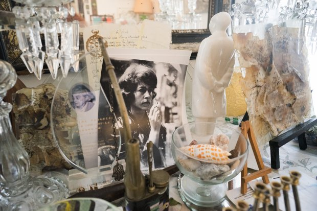 Mementos and knickknacks in Marceline Loridan-Ivens' apartment. MUSTCREDIT: Annabelle Marcovici photo for The Washington Post