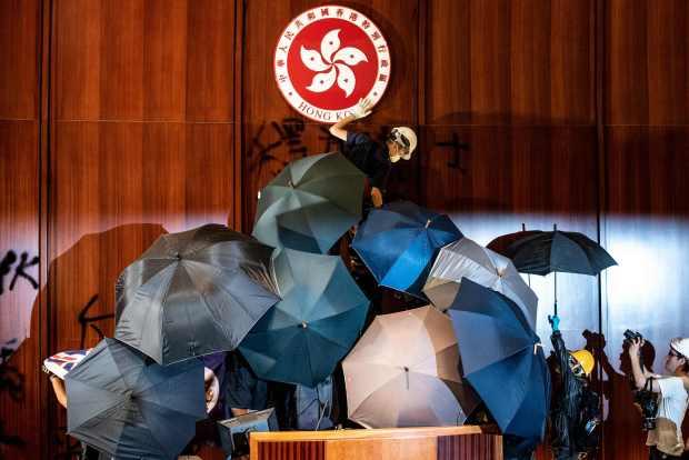 香港警方将抗议者从立法机构中移除