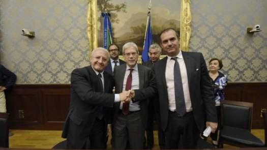 De Luca, De Vincenti e de Magistris firmano l'accordo per Bagnoli