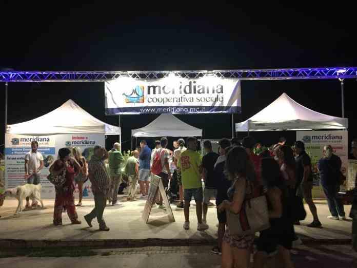 Folla Al Stand Canile Di Meridiana