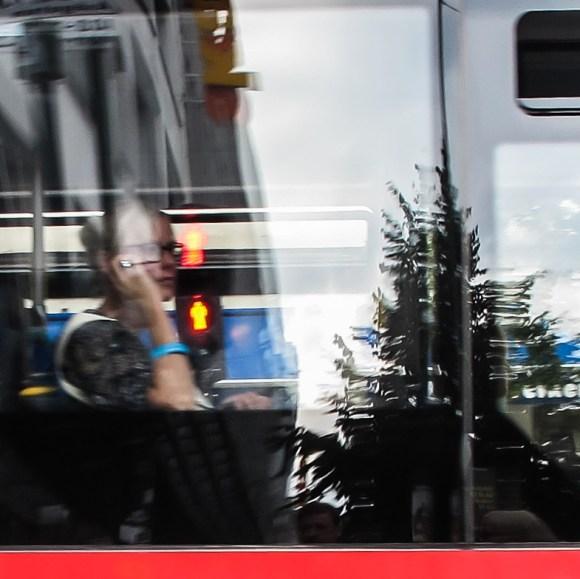 Kvinna på buss, färg