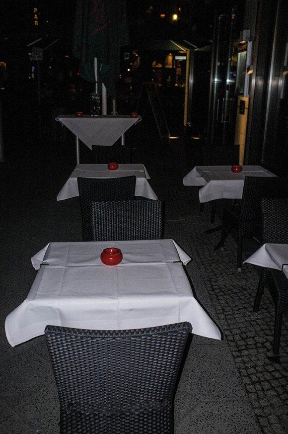 Vita-dukar-röda-askkoppar-(1-av-1)