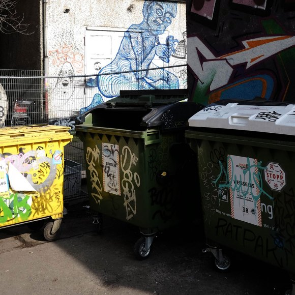 Soptunnor och graffiti