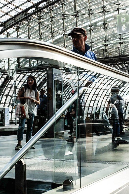 man-kvinna-spegling-rulltrappa-(1-av-1)