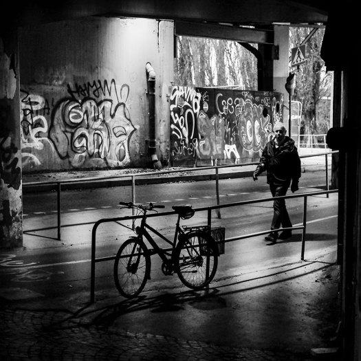 man-och-cykel-i-tunnel