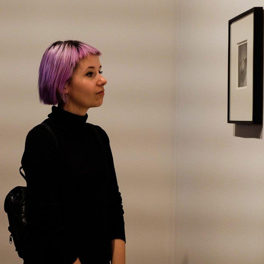 kulturhuset-kvinnoportratt-lila-har
