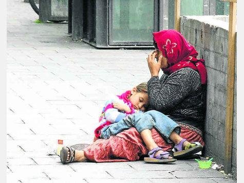 """""""Rund um den Hauptbahnhof gehören bettelnde Menschen wie diese Frau mit Kind fast schon zum gewohnten Bild."""" Goetzfried"""