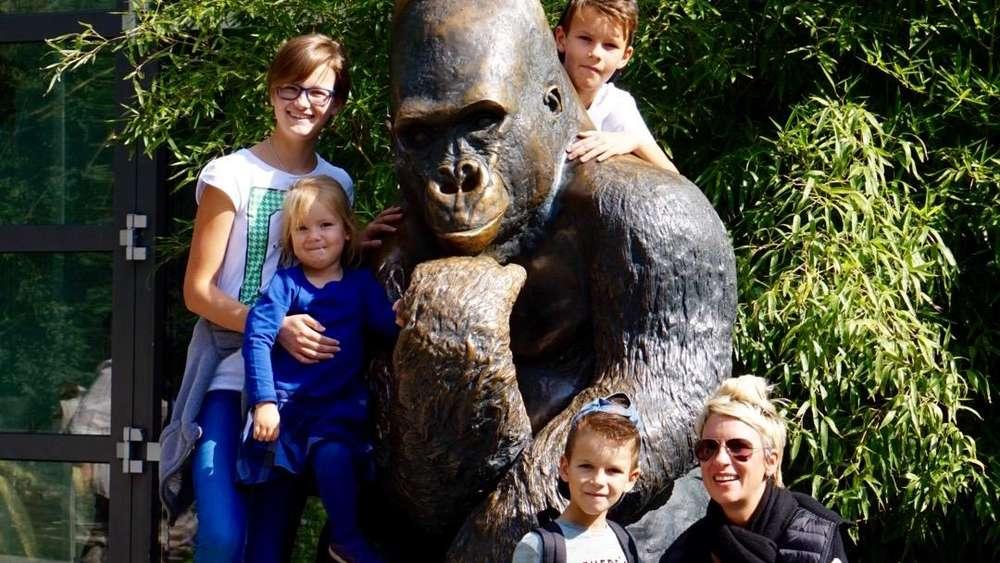 Familienausflug in den Tierpark Hellabrunn: Das Foto zeigt die Münchnerin Nina Zacher mit ihren vier Kindern. Zacher sitzt im Rollstuhl.
