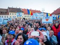 Candidatul Alianţei Creştin Liberale, Klaus Iohannis, le-a mulţumit pentru susţinere atât membrilor FDGR, cât şi ACL, precum şi celor peste 10.000 de sibieni care au venit să-l aplaude aseară, la miting, în Piaţa Mare