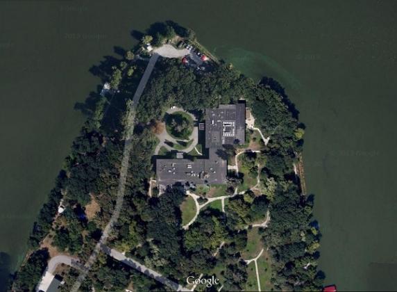 Vila Lac 2 a fost construită în 1963 şi măsoară peste 2.000 de metri pătraţi, de aproape două ori mai mult decât ce în care locuiește Băsescu