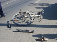 Biciclist spulberat de o maşină după ce a intrat într-o intersecţie fără să dea prioritate