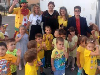 Începutul de an școlar, sărbătorit cu multă bucurie la Sibiu: un clovn i-a distrat pe cinste pe micuții de la Grădinița nr. 29