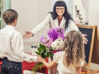 """Începe perioada cadourilor pentru profesori. Ce poate păți un dascăl care acceptă daruri """"consistente""""?"""