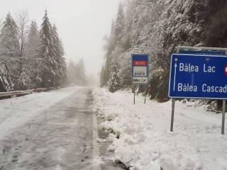 VIDEO S-a întors iarna! Drum acoperit cu zăpadă la Bâlea