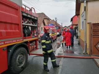 FOTO, VIDEO Incendiu pe zeci de metri pătrați la o moară pe strada Lutului