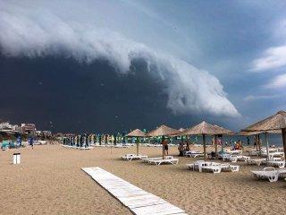 Imagini rare cu ceea ce a însemnat codul roșu de furtună!
