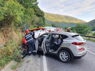 FOTO Accident violent la Boița. Oameni răniți, mașini distruse