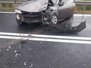 FOTO: Coliziune în curbă, la Veștem, între două mașini. Trei persoane sunt rănite
