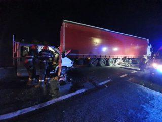FOTO: GRAV accident la Tălmaciu: coliziune între un camion și un TIR. Doi răniți
