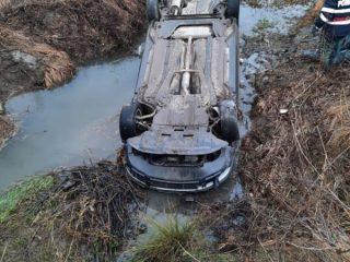 FOTO: O mașină a plonjat în pârâu, în Bârghiș. Un copil și doi adulți au suferit hipotermie
