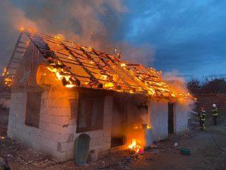 Intervenție în forță a pompierilor. Incendiu la o casă din Avrig – FOTO