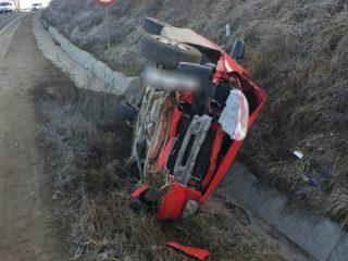 FOTO: Șoferiță rănită după ce s-a răsturnat cu mașina pe marginea drumului