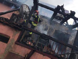 FOTO: Tragedie evitată în Sibiel. Flăcările unui incendiu riscau să cuprindă mai multe case