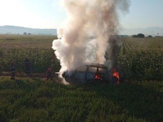 FOTO: O mașină s-a făcut scrum cât timp proprietarii lucrau pe câmp. De la ce au pornit flăcările