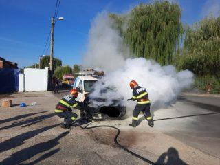 FOTO: Autoturism în flăcări pe o stradă din municipiul Sibiu