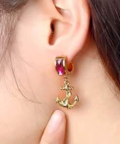 Boucles d'oreilles Ancre Brinco Oorbellen portes par une femme