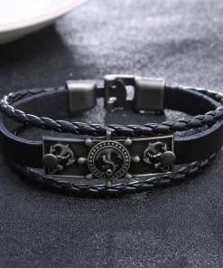 bracelet charme ancre gouvernail en cuir noir vue de face