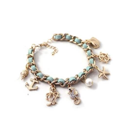 Bracelet série de coquillages et mer vue ensemble fond blanc