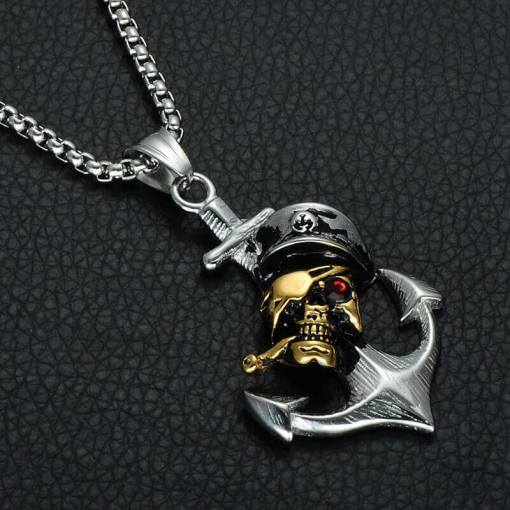 Collier avec pendentif Ancre de Pirate vue de pres