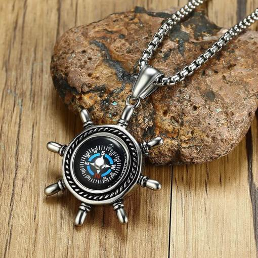 Collier avec pendentif gouvernail et boussole sur une pierre