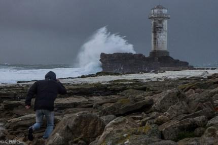 île de Sein. Quand la mer est démontée, le phare du Gueveur n'est pas à la noce!