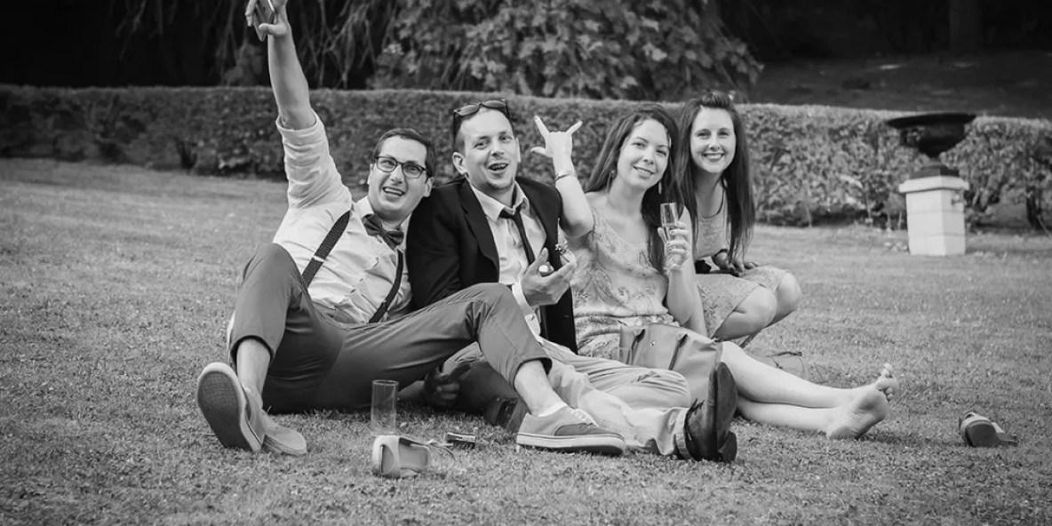 invités pendant le vin d'honneur sur l'herbe