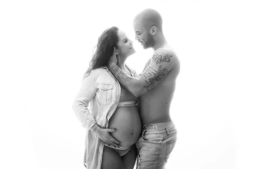 shooting grossesse couple noir et blanc