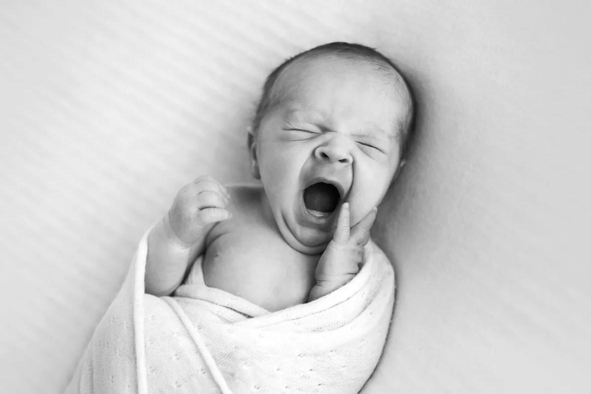 portrait nouveau-né expressif en noir et blanc
