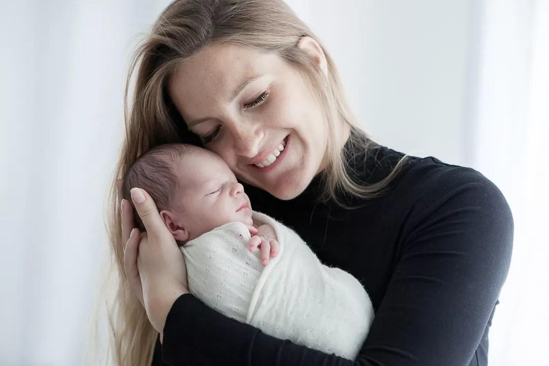 portrait mere nouveau-né tendre et sourire
