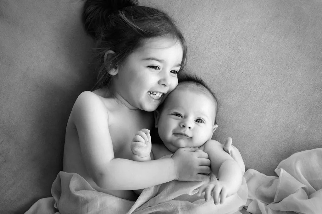 photo noir et blanc câlin frere et soeur ambiance naturelle