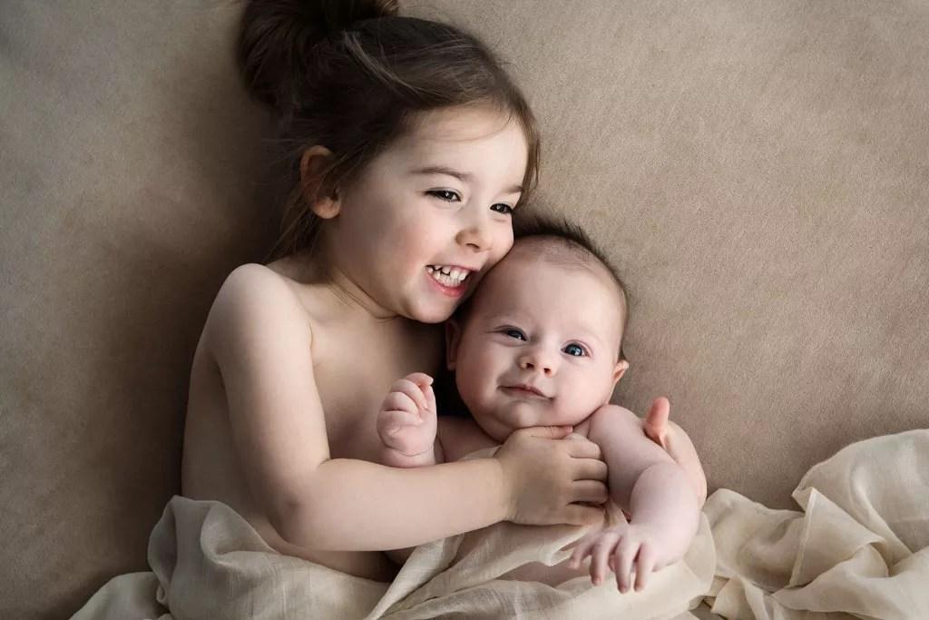 photo tendre et naturelle câlin frère et soeur