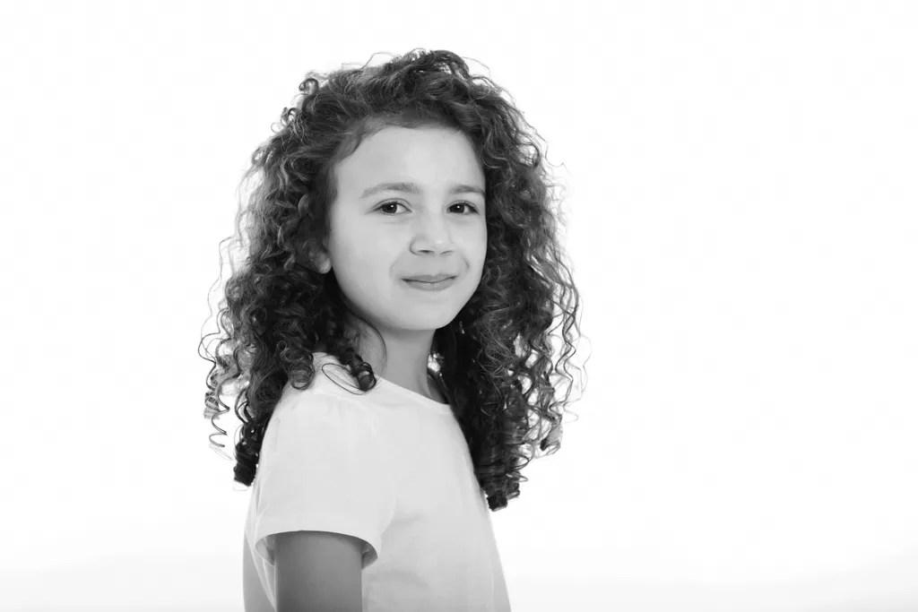 portrait noir et blanc fille aux cheveux bouclés bruns