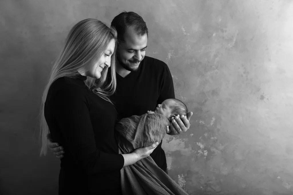 portrait maman bébé et papa en noir et blanc