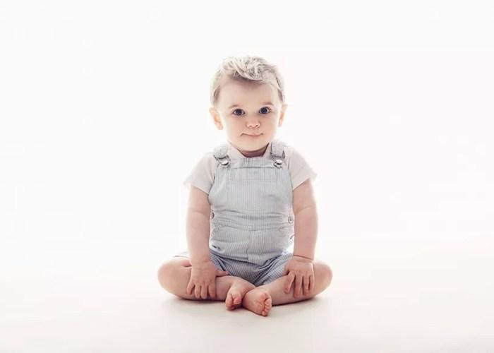 portrait bébé assis en tailleur