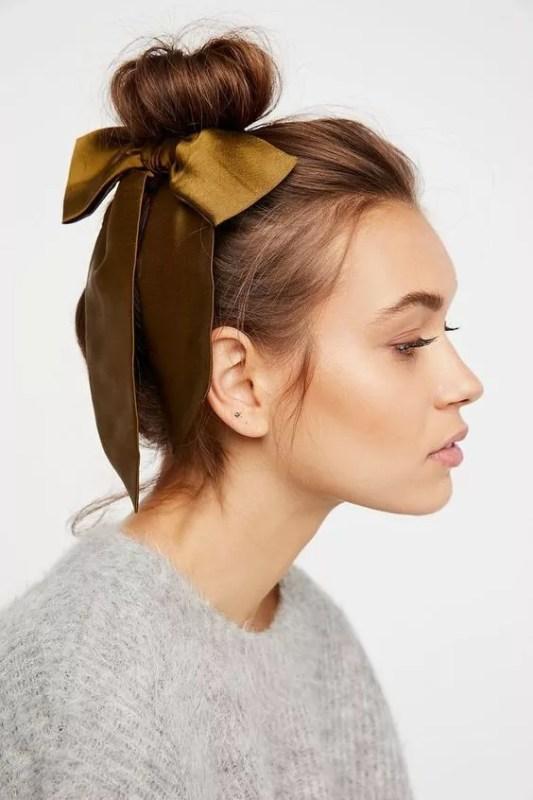 coiffure bun avec noeud en satin