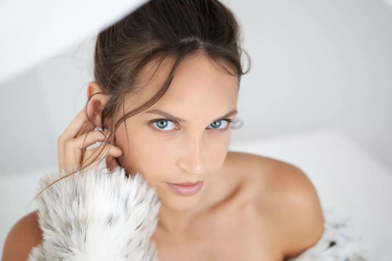 photographe portrait proche paris dans lit à baldaquin ambiance claire et épurée