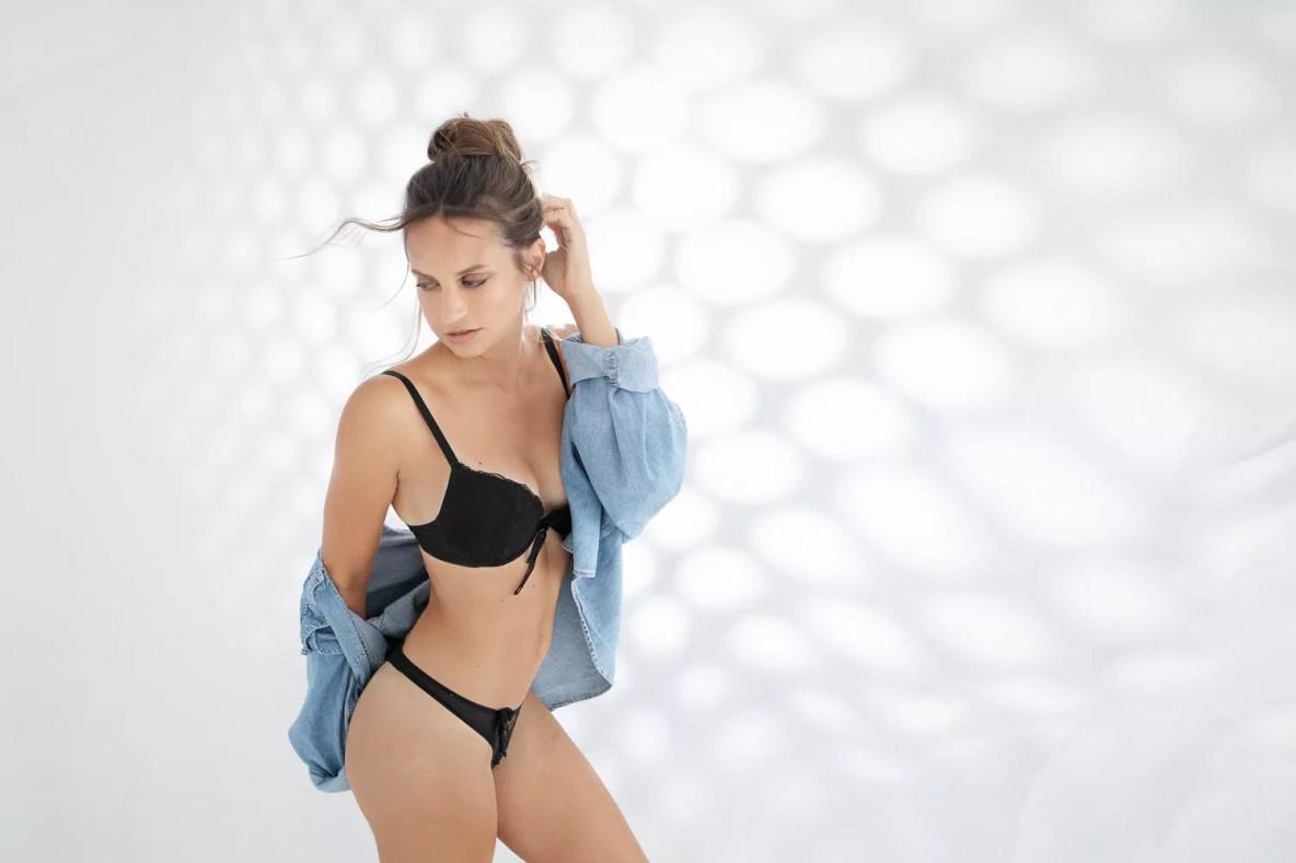 photographe boudoir en lingerie et chemise en jeans