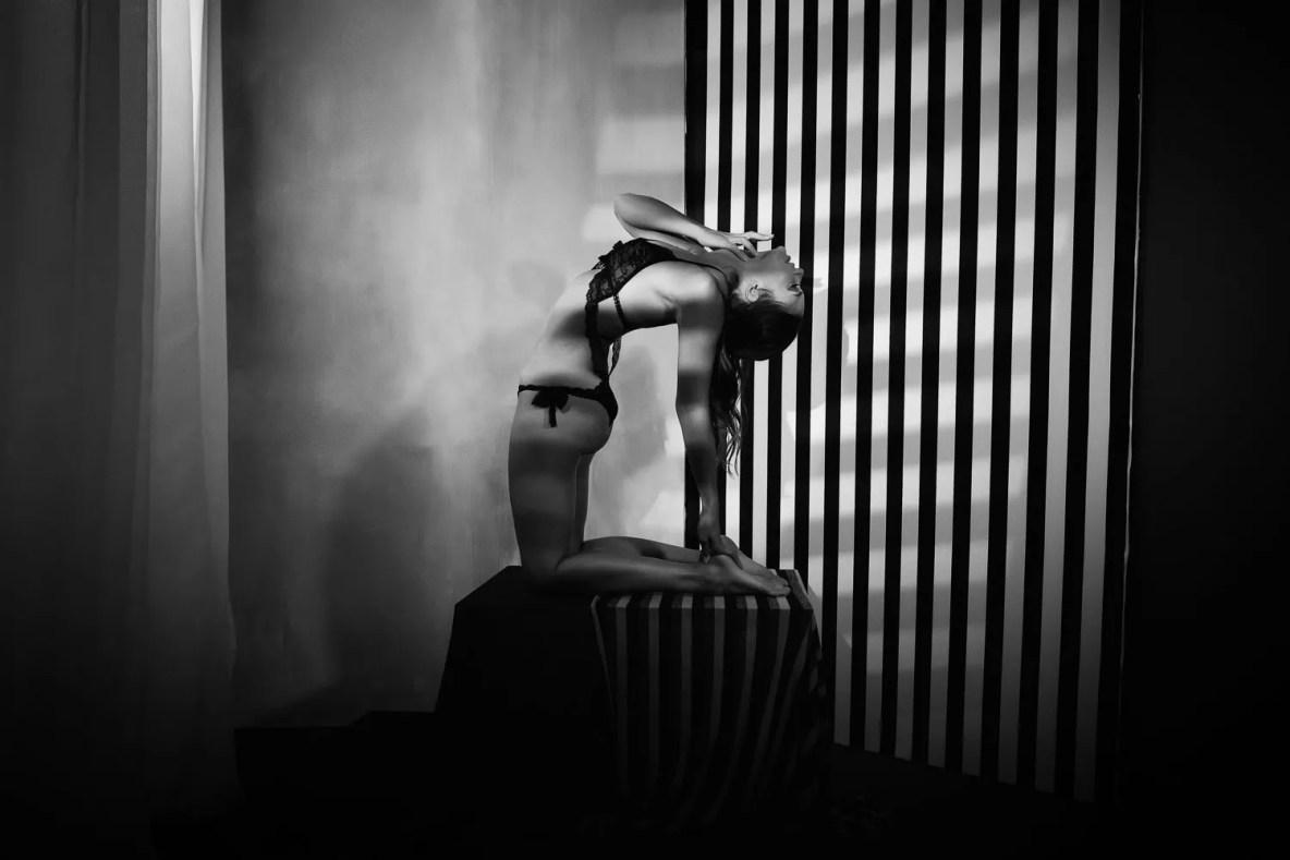 portrait artistique femme avec pose de yoga noir et blanc