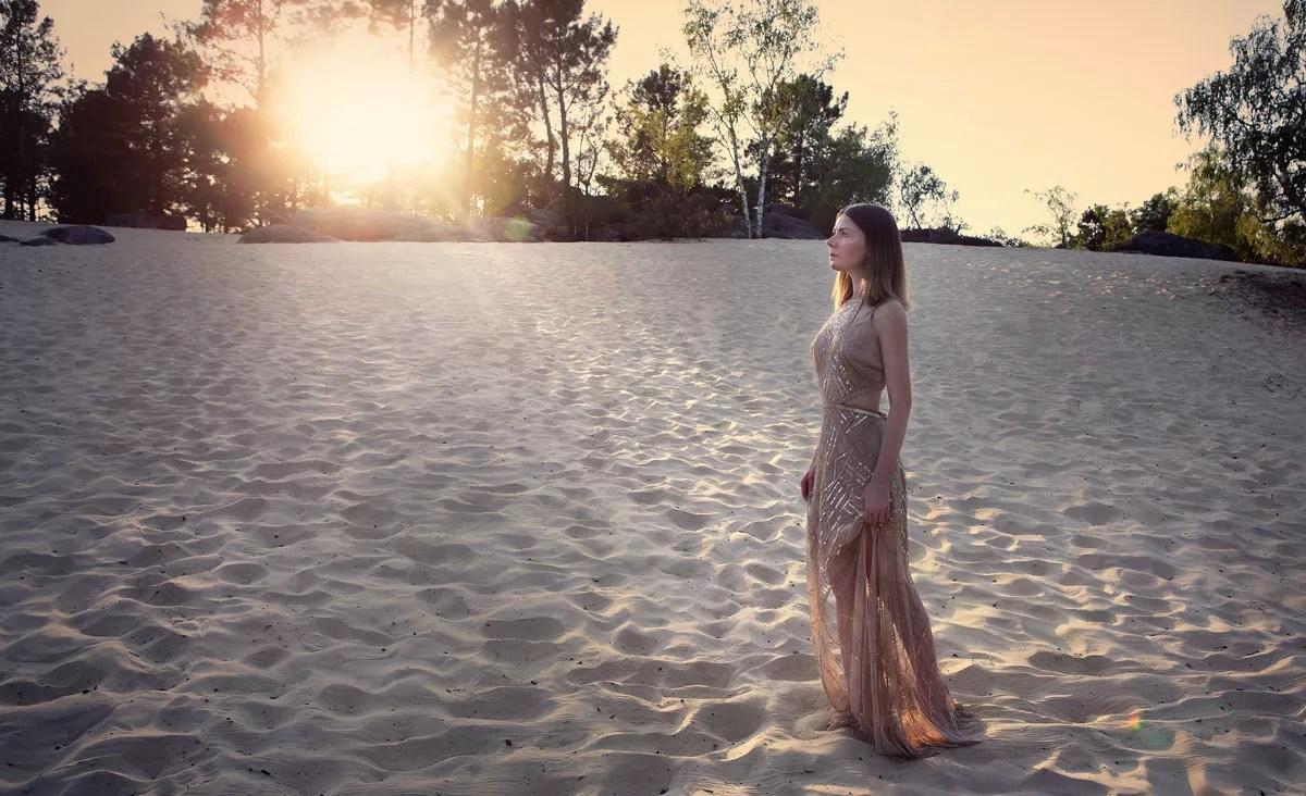 shooting photo mode avec robe à sequins argent et coucher de soleil