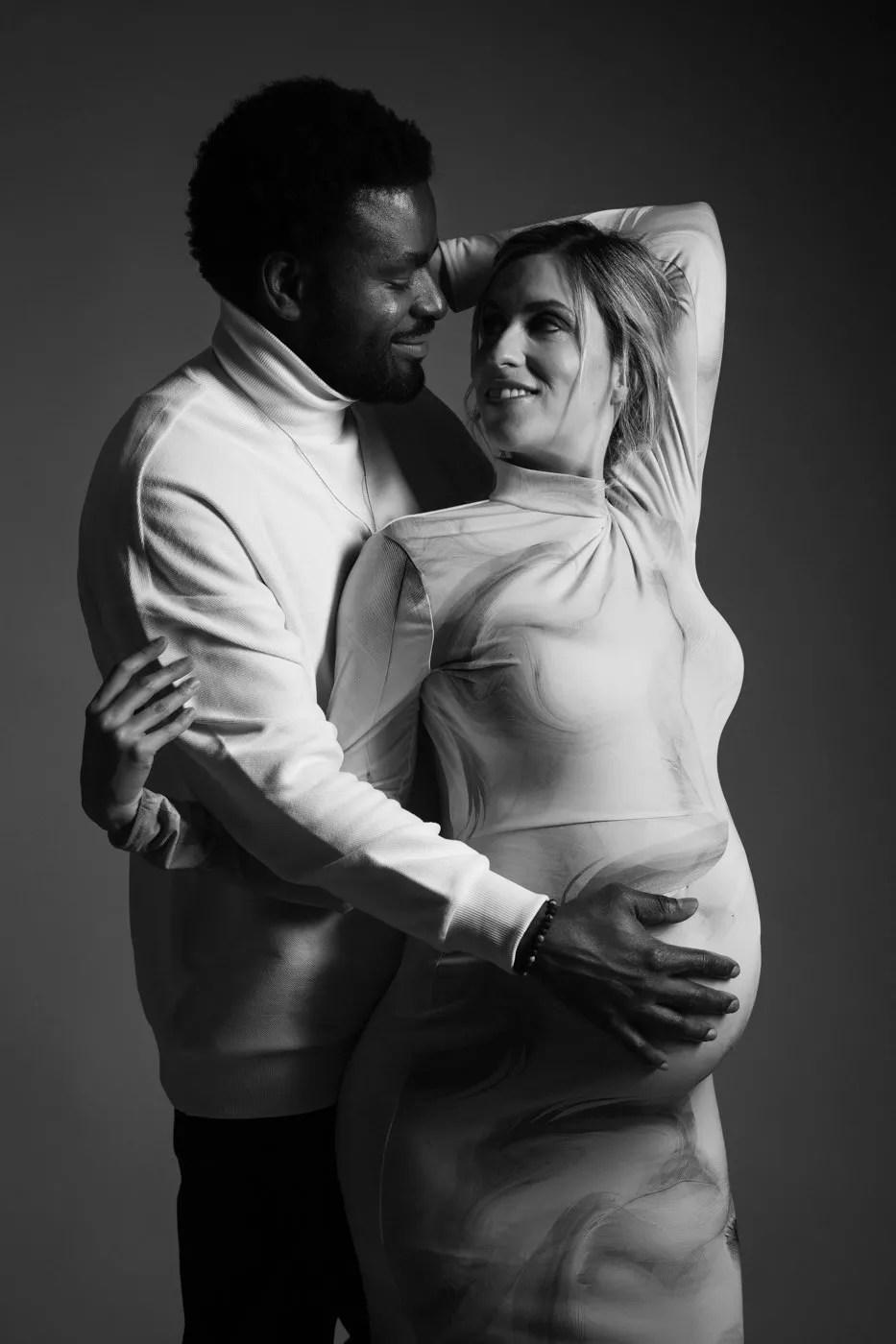 shooting grossesse couple glamour noir et blanc